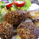 Gebackenes Sesam-Knusperhuhn mit Cheese-Rolls und Ceasar Salad